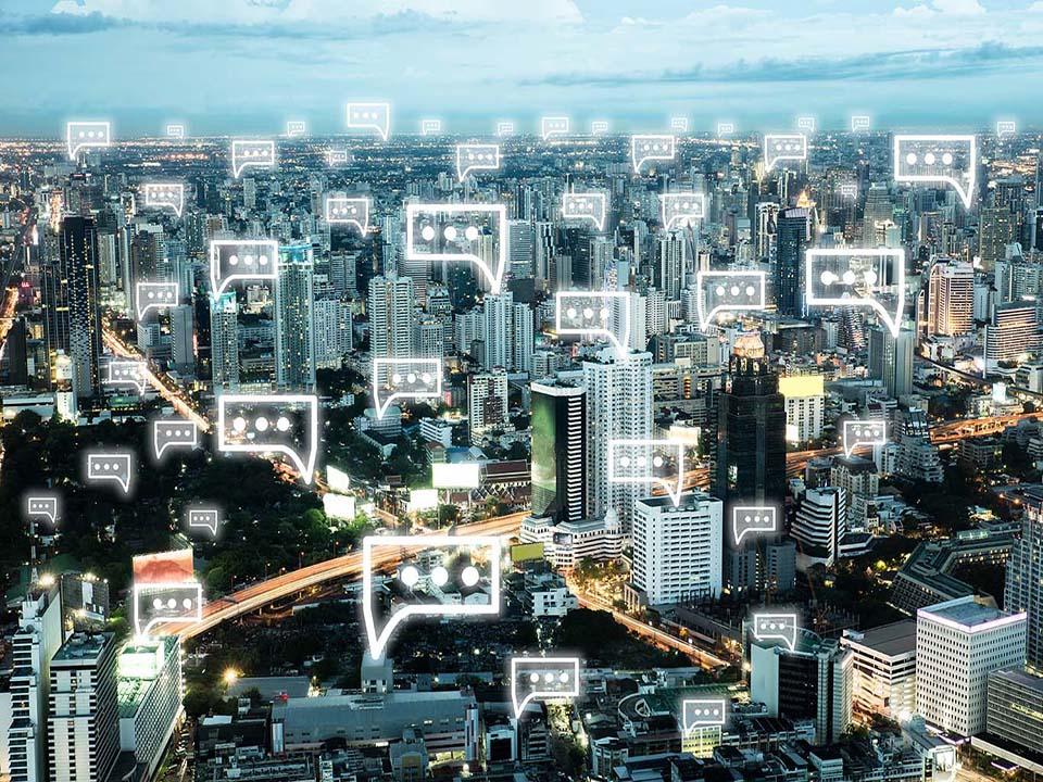 icone message au dessus d'immeubles