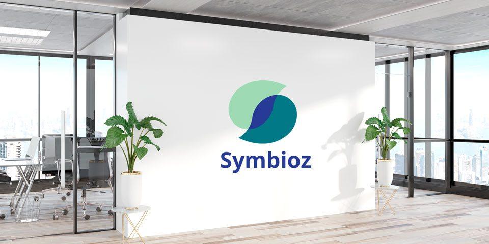 un mur blanc avec le logo symbioz