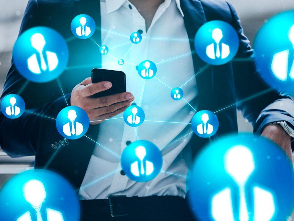 homme utilisant smartphone pour connecter avec les clients