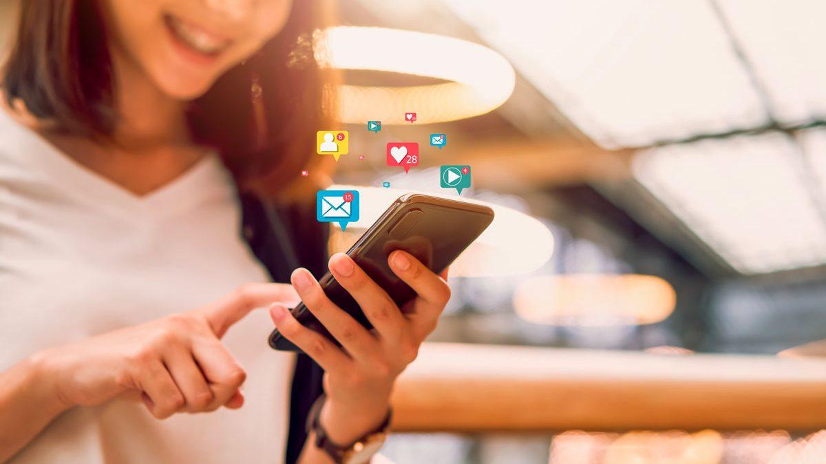 femme utilise smartphone icone application social